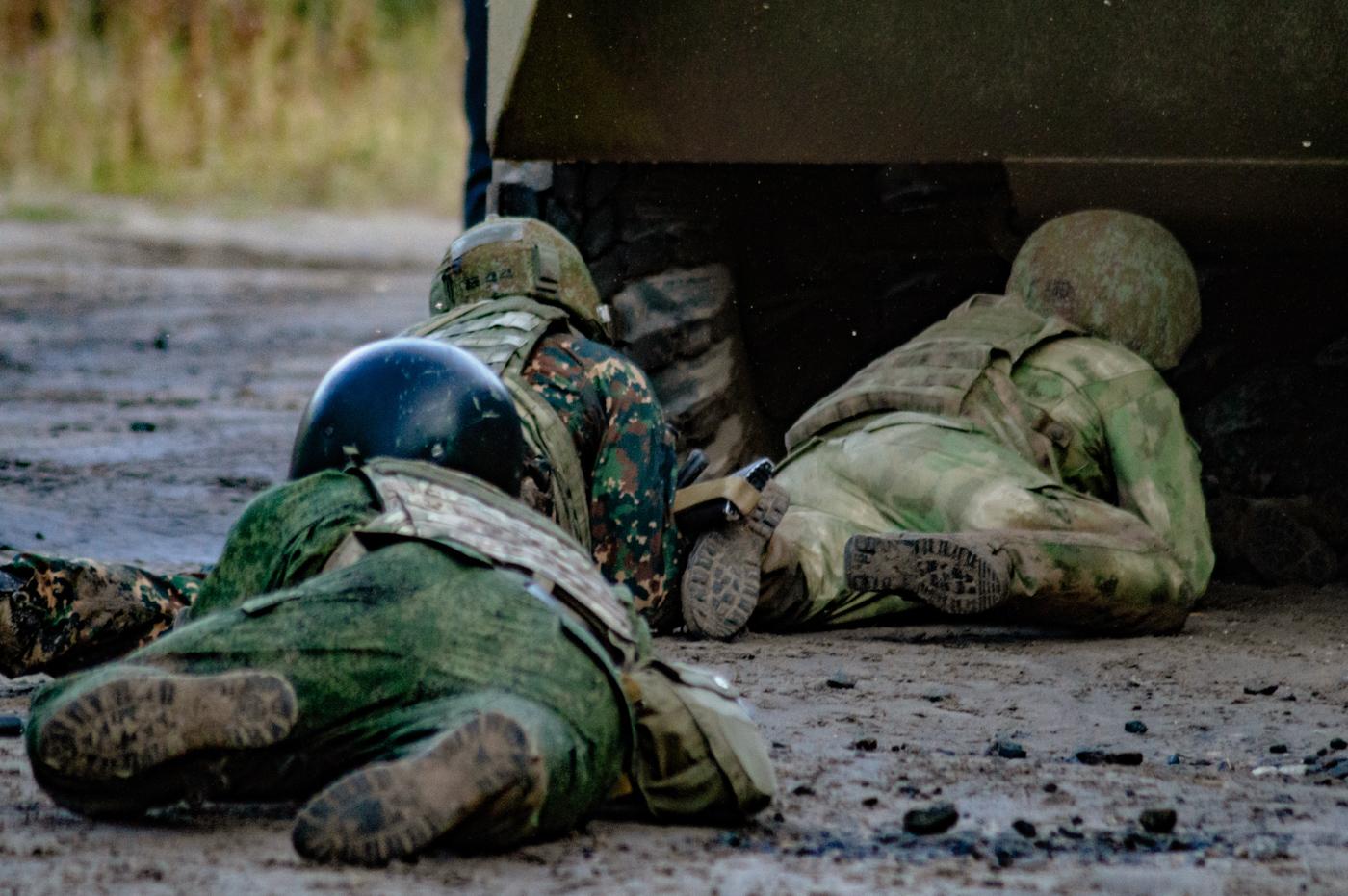 Боец спецназа под БТР
