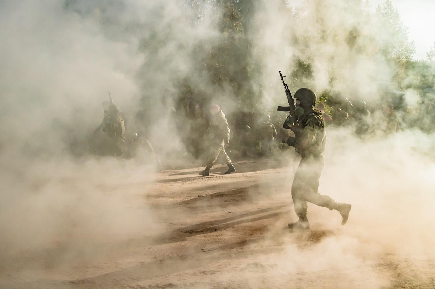Бойцы спецназа в дыму