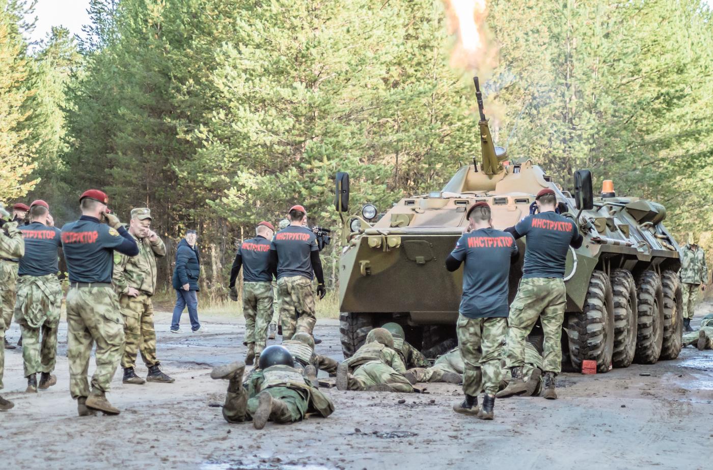 БТР стреляет когда под ним проползают бойцы спецназа