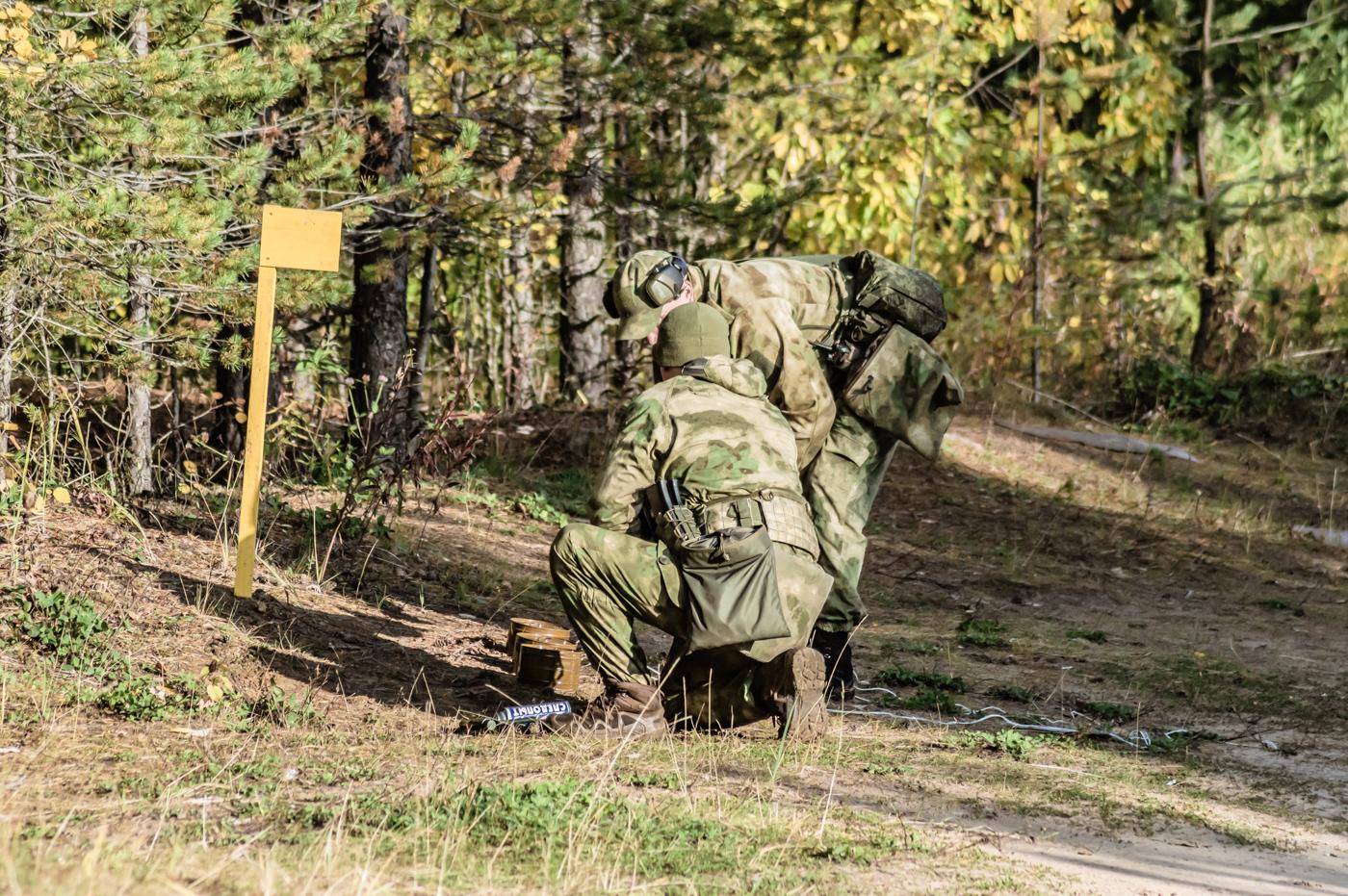 Бойцы спецназа устанавливают дымовые шашки